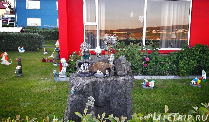 Исландия. Фигурки гномов у дома.