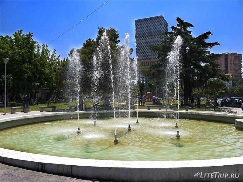 Албания. Фонтан в центре столицы Тираны.
