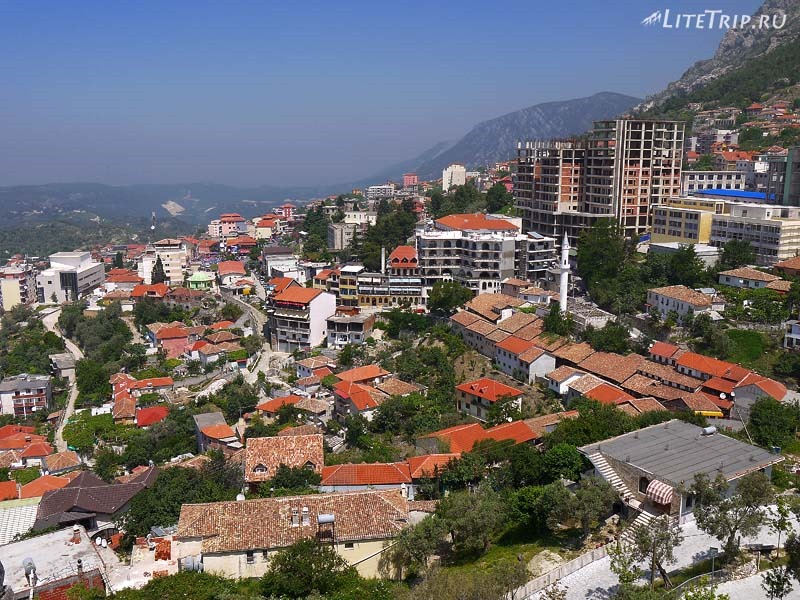 Албания. Вид на город с башни крепости Круя.