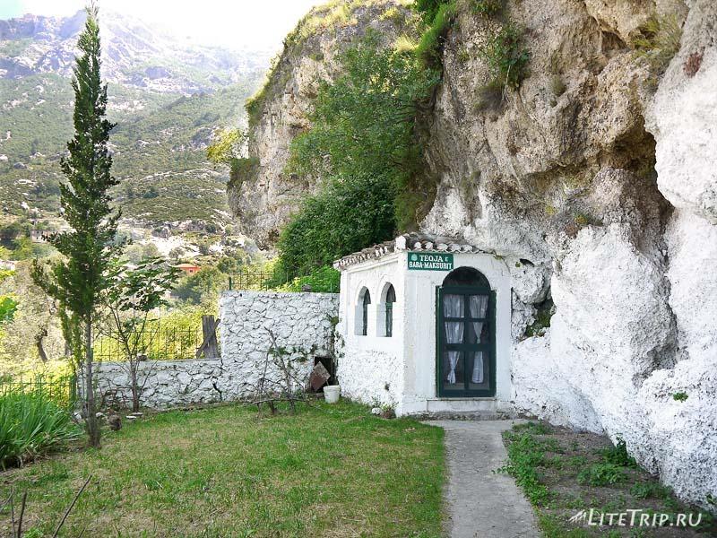 Албания. Комната в скале крепости Круя.
