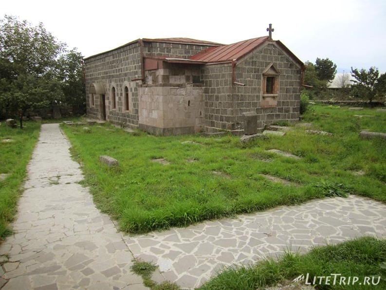 Армения. Окрестности Алаверди - сельская церковь.