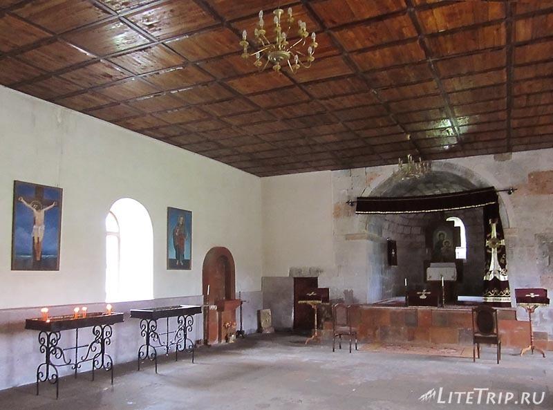 Армения. Окрестности Алаверди - сельская церковь внутри.