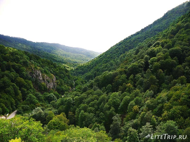 Армения. Дилижан - дорога к монастырю Агарсин.