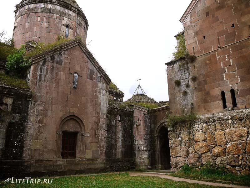 Армения. Дилижан - двор монастыря Гошаванк.