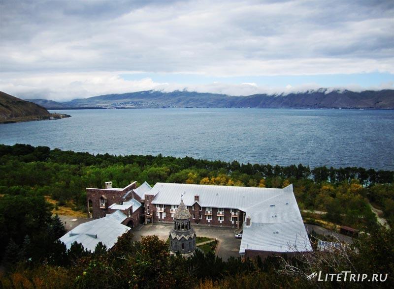 Армения. Вид на озеро с полуострова Севан.