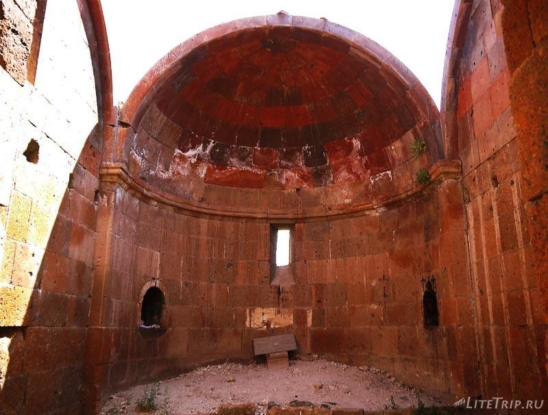 Армения. Город Аштарак - внутри церкви Спитакавор.
