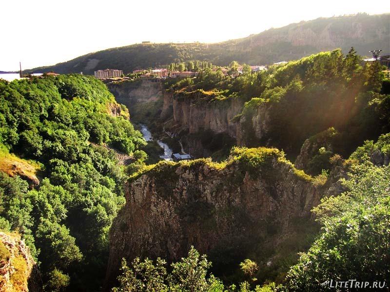 Армения. Джермук - каньон в городе.