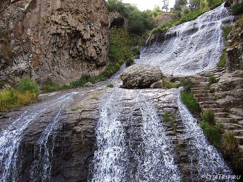 Армения. Джермукский водопад - камень.