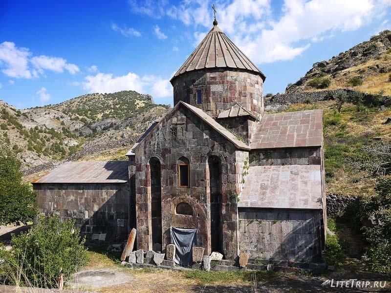 Армения. Гндеваз - территория монастыря Гндеванк, церковь.