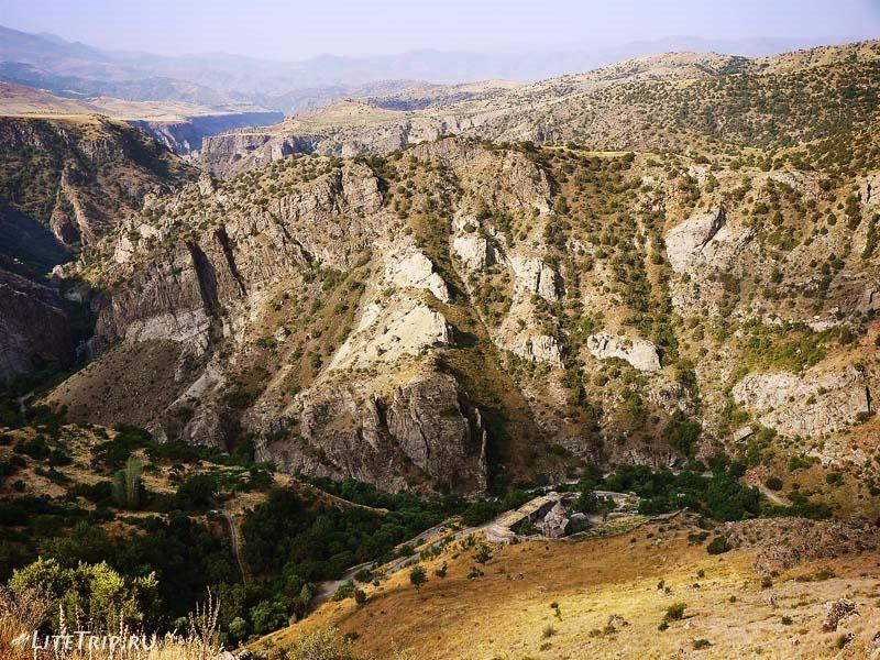 Армения. Гндеваз - монастырь Гндеванк внизу ущелья Вайоц.