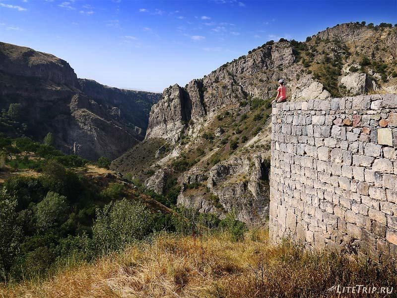 Армения. Гндеваз - вид на ущелье Вайоц со стен монастыря..