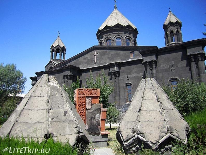 Армения. Гюмри - двор церкви Святой Богородицы.