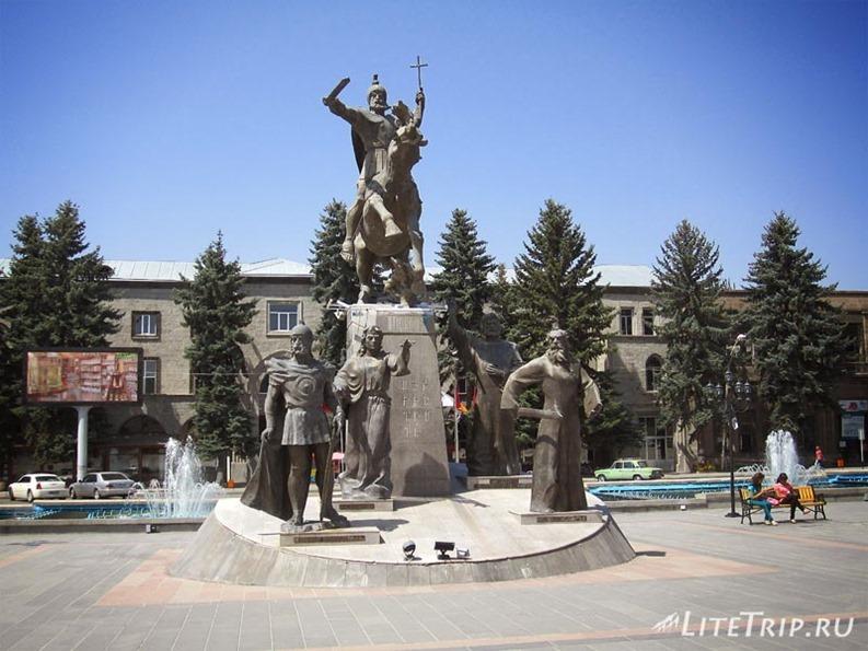 Армения. Гюмри - памятник на площади Свободы.
