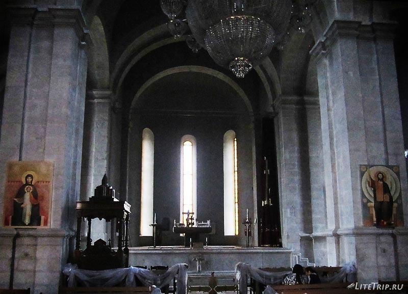 Армения. Нагорный Карабах, город Шуши - собор святого Христа Всеспасителя внутри.