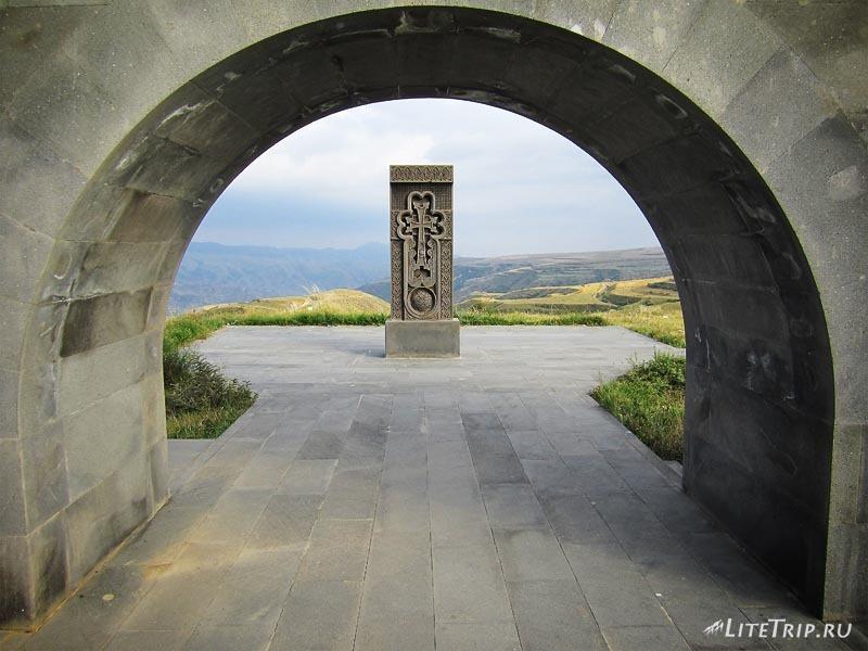 Армения. Подъезжаем к Нагорному Карабаху - хачкар.