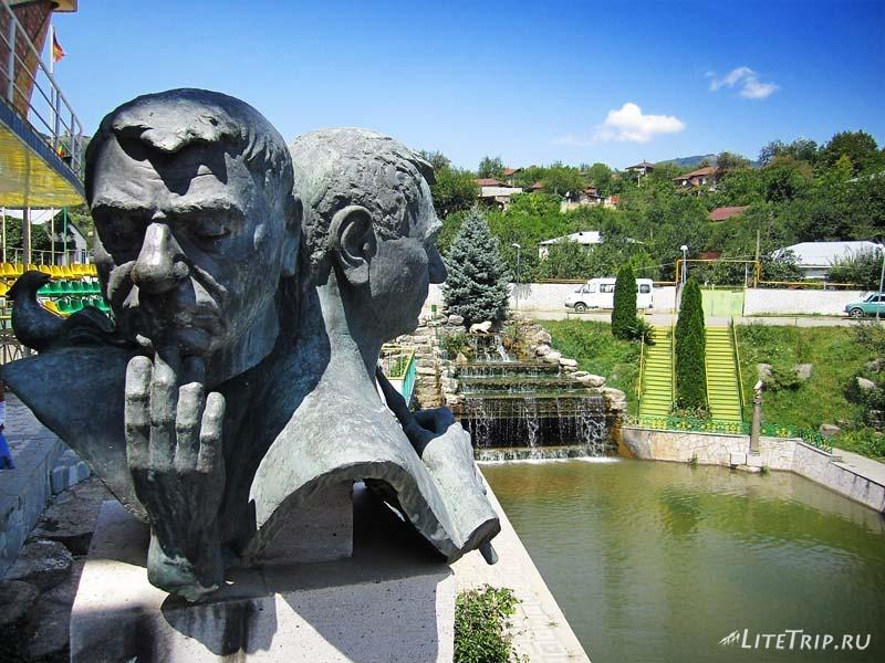 Нагорный Карабах. Деревня Ванк - возможно, бюст Левону Айрапетян