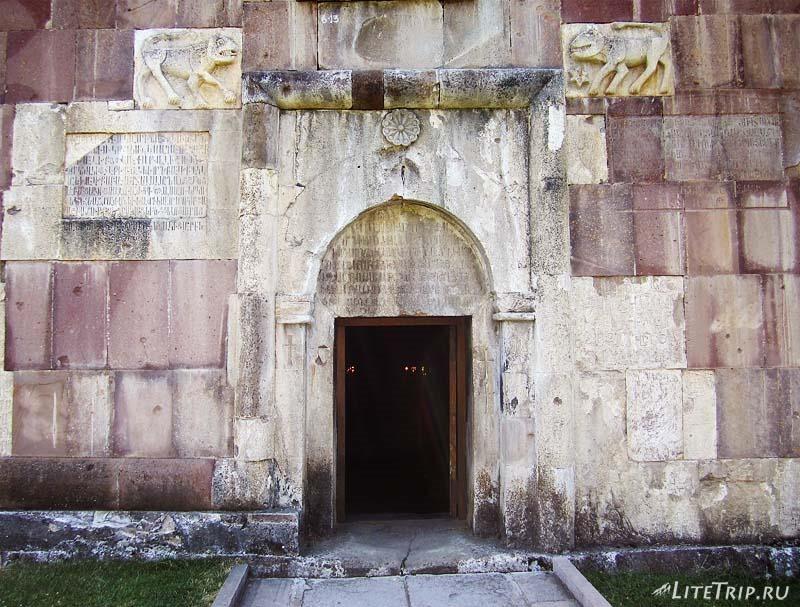 Нагорный Карабах. Вход в храм Гандзасар.