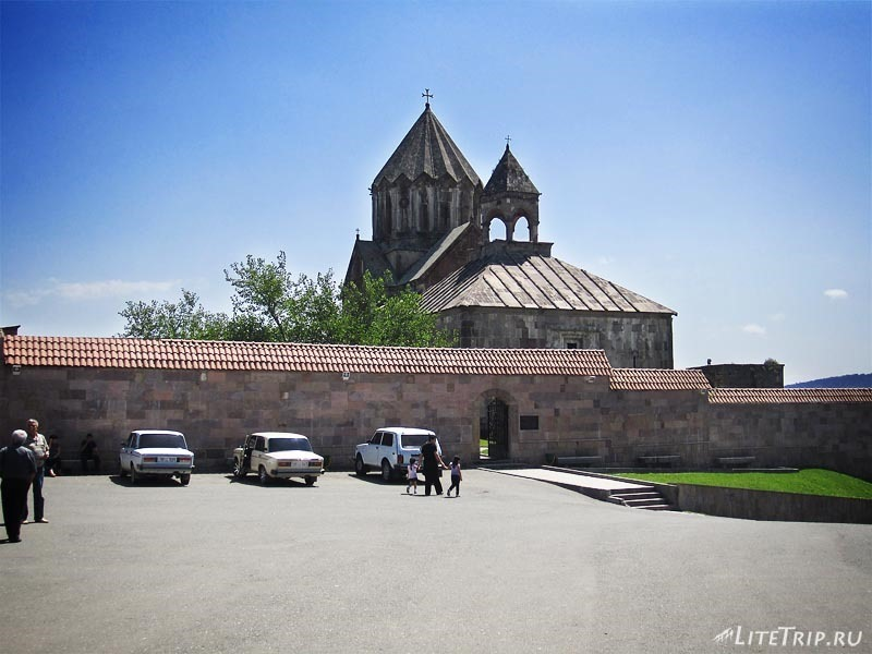 Нагорный Карабах. Вход в монастырь Гандзасар.