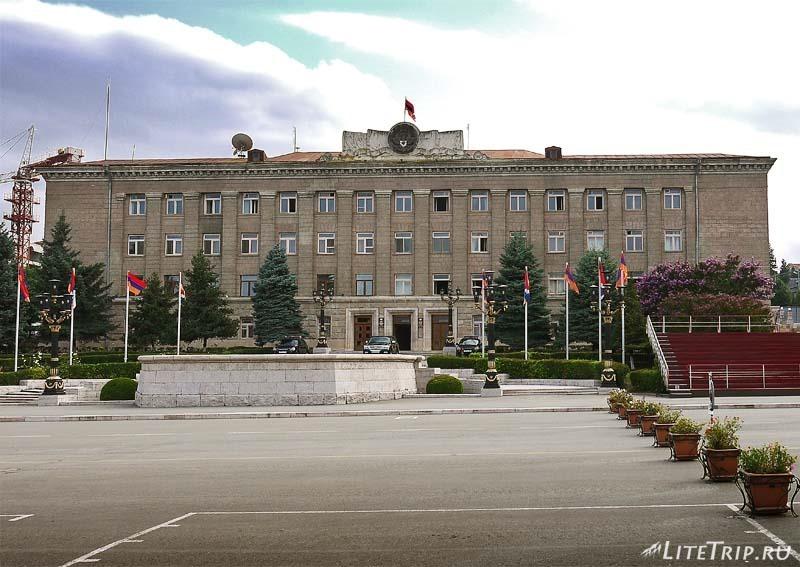 Нагорный Карабах. Степанакерт - здание правительства.