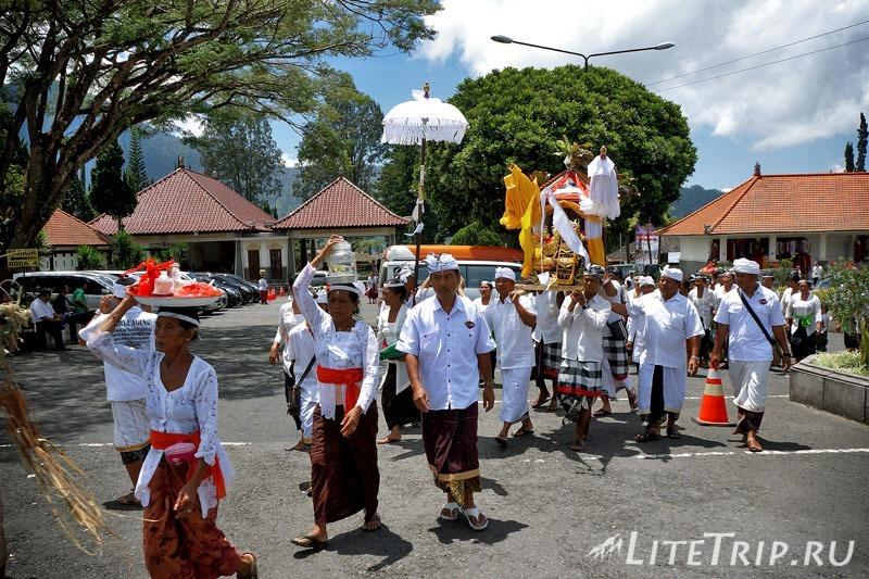 Индонезия. Бали. Храм Улун Дану. Церемониальное шествие.