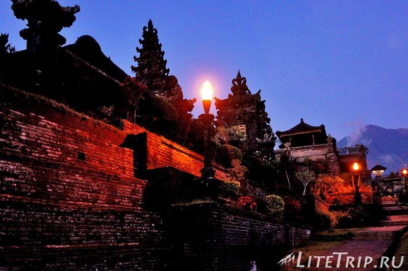 Индонезия. Бали. Храм Бесаких. Боковой проход.