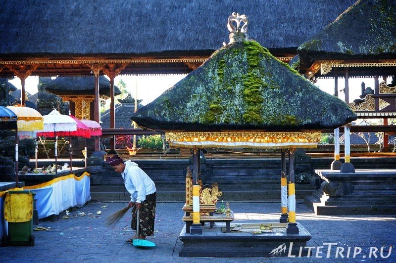 Индонезия. Бали. Храм Бесаких. Дворник