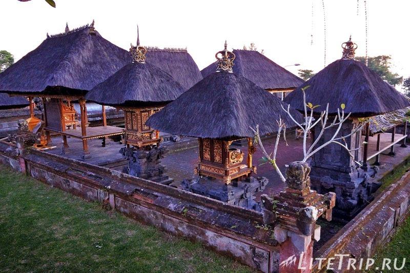 Индонезия. Бали. Храм Бесаких. Крыши.