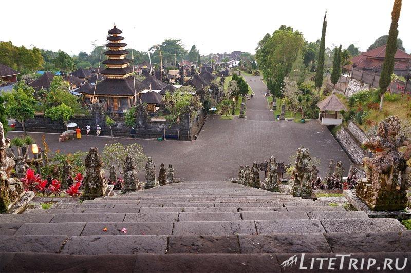 Индонезия. Бали. Храм Бесаких. Вид с первой лестницы.