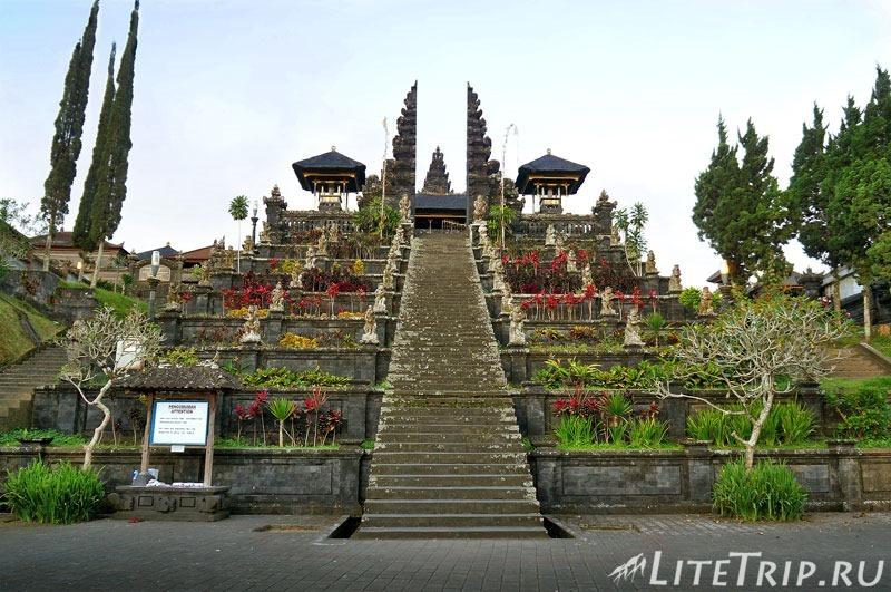 Индонезия. Бали. Храм Бесаких. Лестница в первый двор.