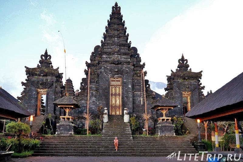 Индонезия. Бали. Храм Бесаких. Первый двор.