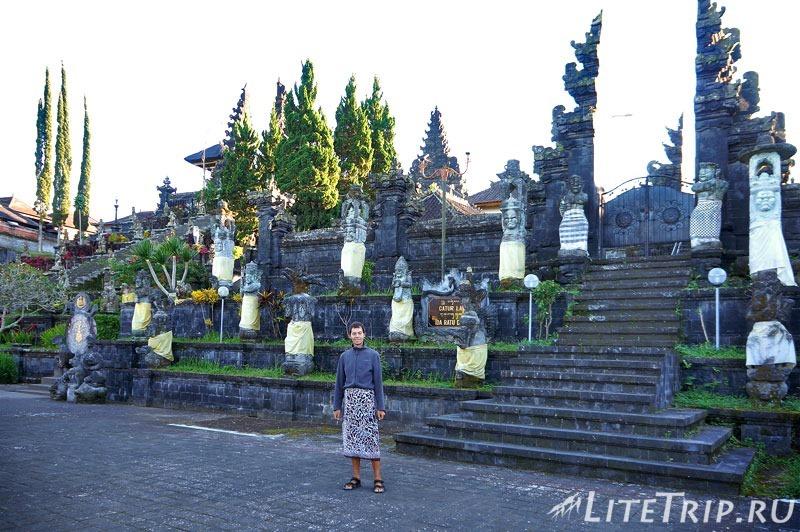 Индонезия. Бали. Храм Бесаких. Саронг