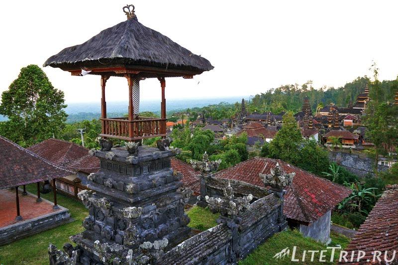 Индонезия. Бали. Храм Бесаких. Вид на третий двор.