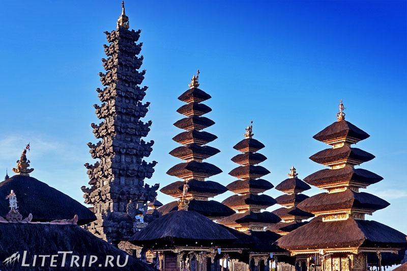 Индонезия. Бали. Храм Бесаких. Вид на меру. Рассвет