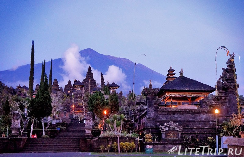 Индонезия. Бали. Храм Бесаких. Вход