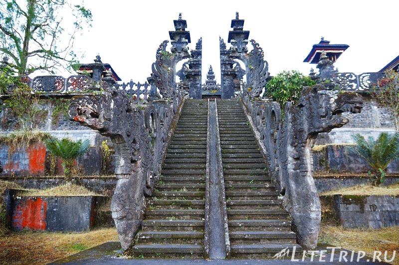 Индонезия. Бали. Храм Бесаких. Лестница во второй двор.