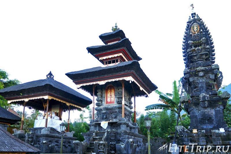 Индонезия. Бали. Храм Бесаких. Второй двор с троном.