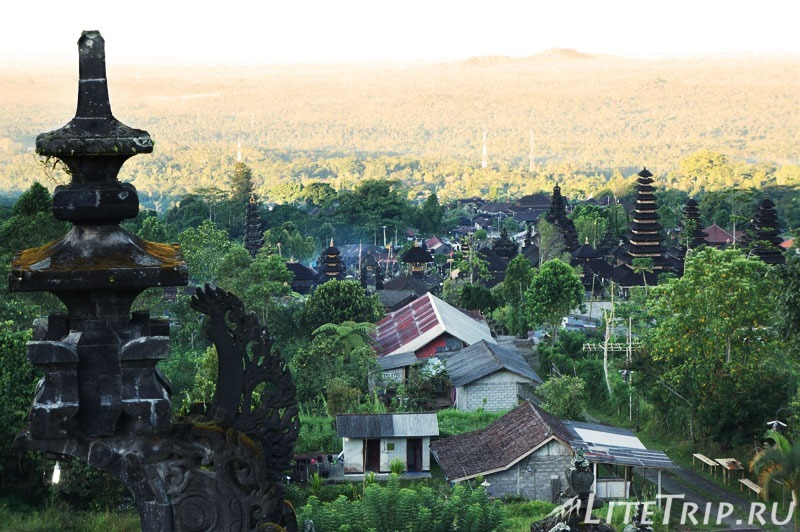 Индонезия. Бали. Храм Бесаких. Второй двор. Вид с трона.