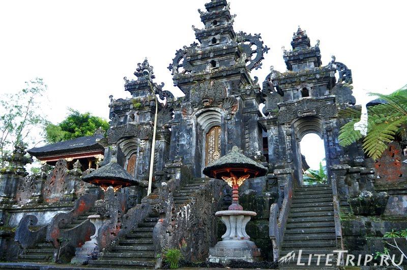 Индонезия. Бали. Храм Бесаких. Ворота во второй двор.