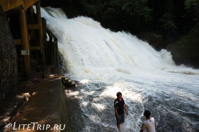 Индонезия. Сулавеси. Национальный парк Бантимурунг - купание в водопаде