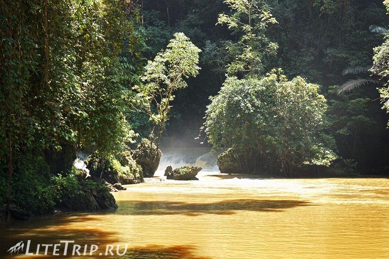 Индонезия. Сулавеси. Национальный парк Бантимурунг - зеленая река.