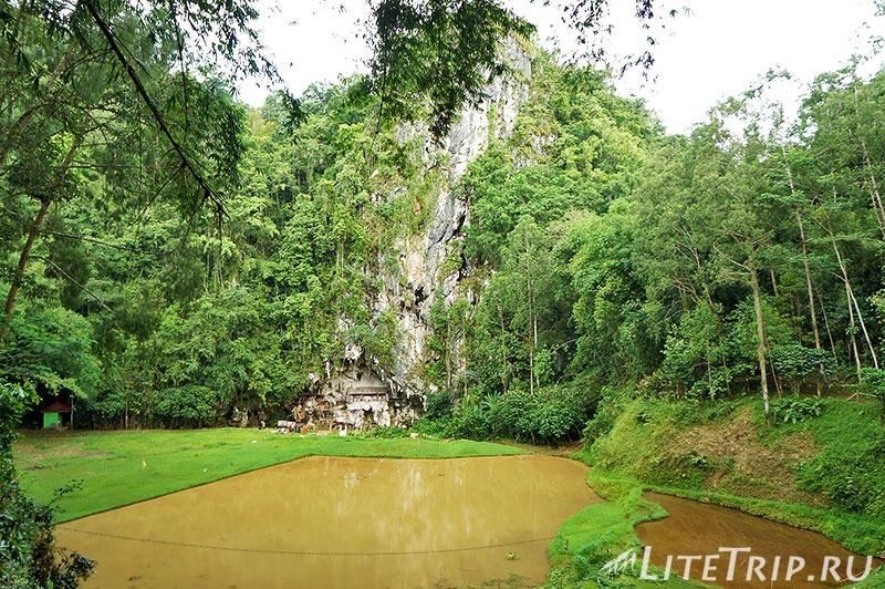 Индонезия. Сулавеси. Тана-Тораджа. Лонда. Вид на скалу.