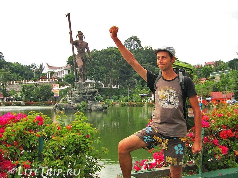 Индонезия. Сулавеси. Тана-Тораджа. Макале. Памятник.