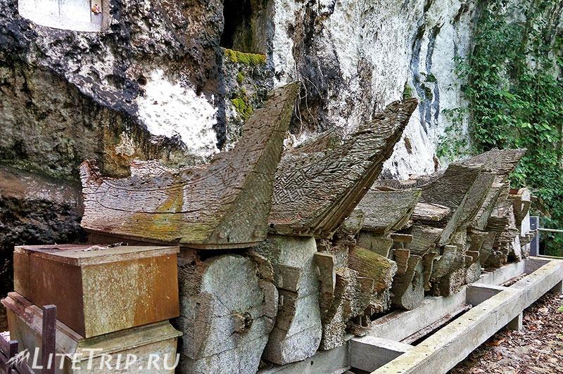 Индонезия. Сулавеси. Тана-Тораджа. Сиропе. Гробы.