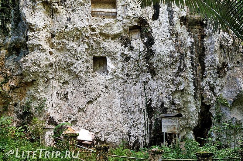 Индонезия. Сулавеси. Тана-Тораджа. Сиропе. Могилы в скале.