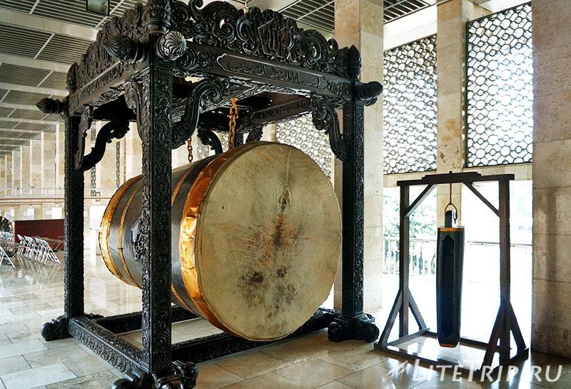 Индонезия. Джакарта. Мечеть Истикляль. Барабан