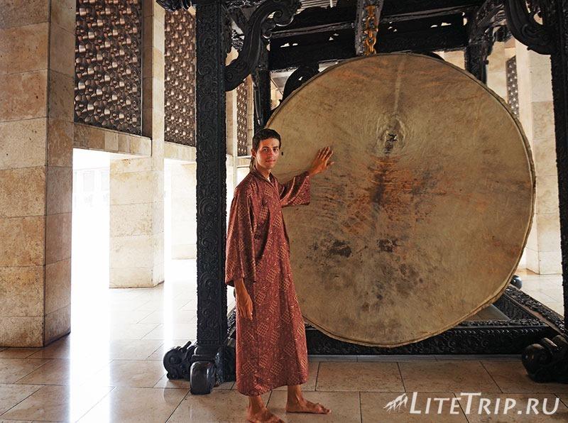 Индонезия. Джакарта. Мечеть Истикляль. Андрей в халате.
