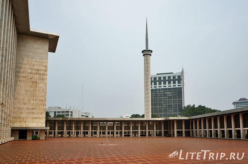 Индонезия. Джакарта. Мечеть Истикляль. На улице.