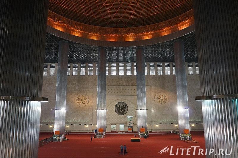 Индонезия. Джакарта. Мечеть Истикляль. Зал внутри.