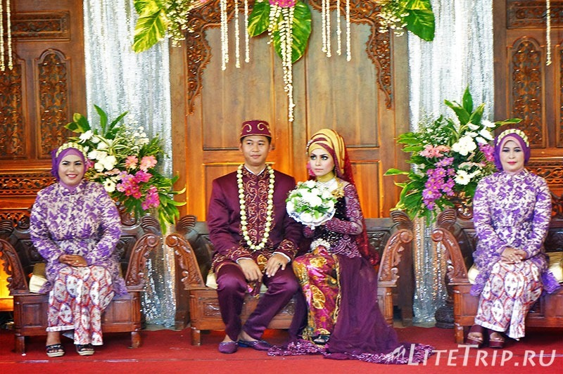 Индонезия. Ява. Богор. Свадьба в ботаническом саде - жених и невеста.