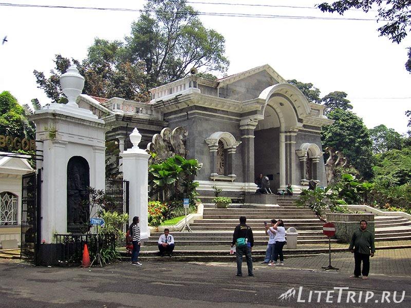 Индонезия. Ява. Богор. Вход в ботанический сад.